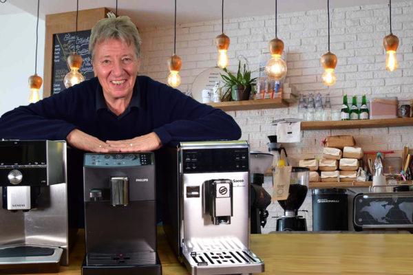 Norbert mit 3 Test-Kaffee-Maschinen